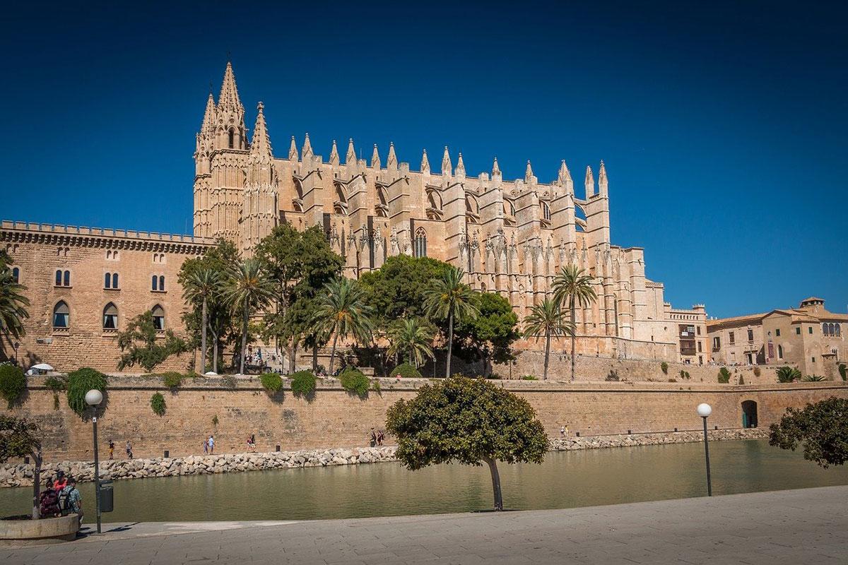 La Cattedrale di Palma di Maiorca. Foto Walkerssk da Pixabay