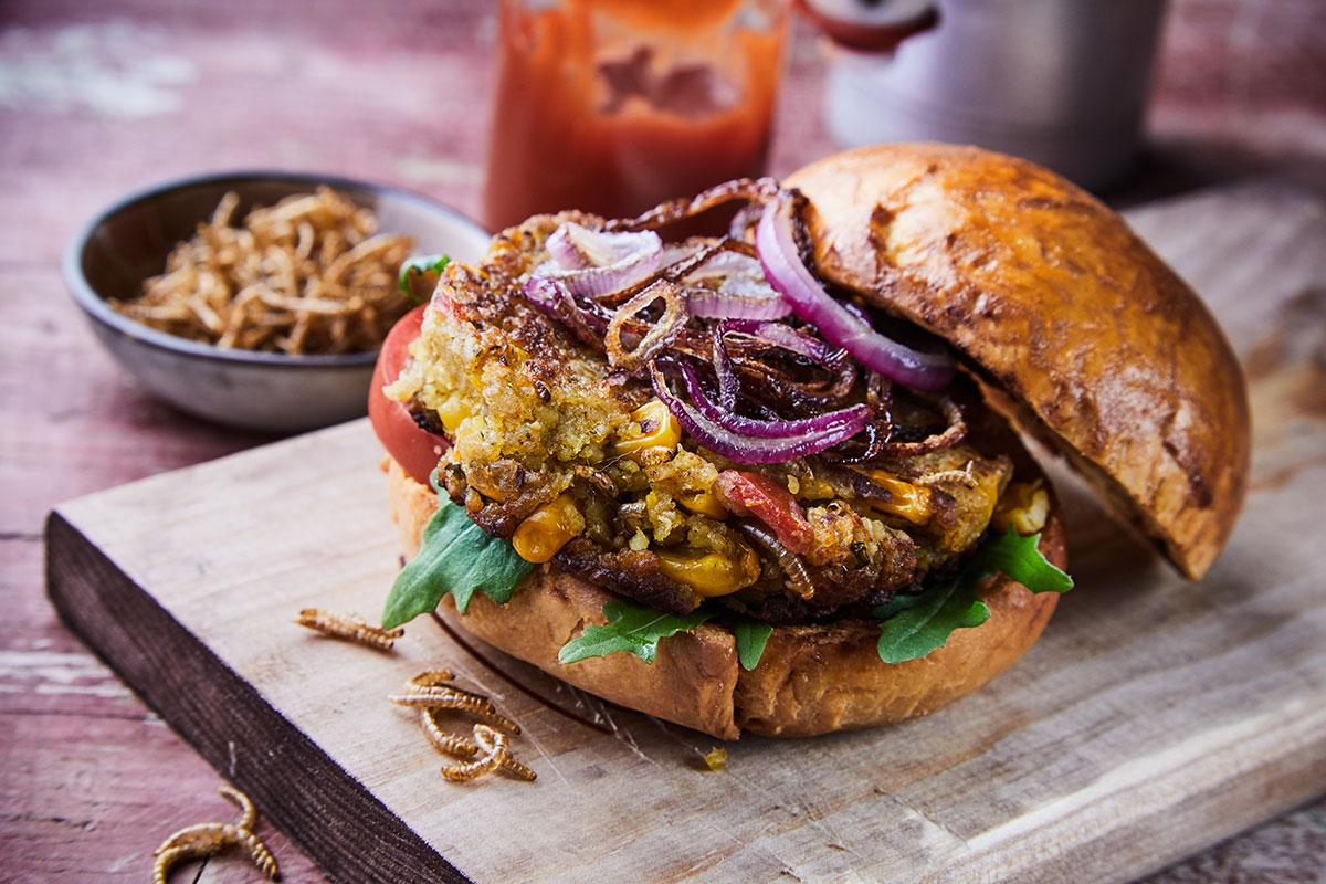 Hamburger di insetti con vermi della farina fritti. 📷 Adobe Stock | exclusive-design